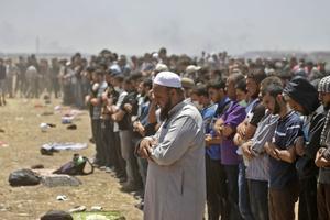 Des Palestiniens priant à la frontière israélienne ce lundi.