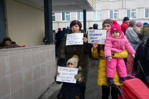 Des femmes tenant des pancartes «ne tuez pas nos enfants» devant l'hôpital de Volokolamsk fin mars.