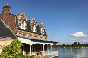 la Seine coule au pied de la Maison Plûme à Villequier, reconvertie en maison d'hôtes, qui a été rénovée par ses nouveaux propriétaires, Jeanne et Simon.