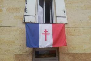 Un habitant de Sainte-Terre a accroché à sa fenêtre un drapeau français à croix de Lorraine, dont il nous a envoyé la photo..