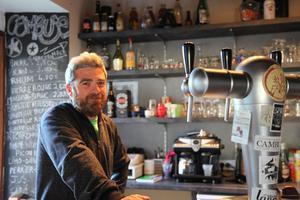 Jérôme Gimenez, bénévole à la tête du café.