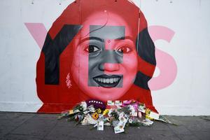 Des fleurs ont été déposées au pied de la fresque murale représentant Savita Halappanavar.