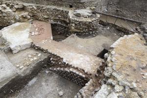 La tour Saint-Michel appartenant à l'enceinte romaine, en début de fouille.