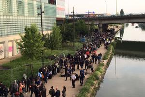 Les migrants s'avancent vers les bus.
