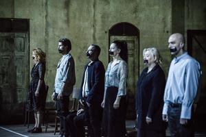 Dix-sept comédiens et cinq heures de scène pour cette adaptation de Kafka.