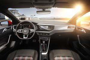 Les sièges baquets arborent le fameux tissu tartan de la première Golf GTI.