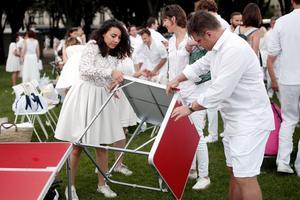 La nuée blanche s'abat sur la capitale, déplie son matériel, dresse les tables en 5 minutes chrono.
