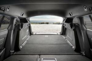 Un plancher quasiment plat mais un coffre moins spacieux.