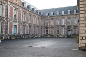 La cour de l'Hôtel-Dieu de Château-Thierry. La priorité sera accordée aux façades qui ont besoin d'être restaurées.