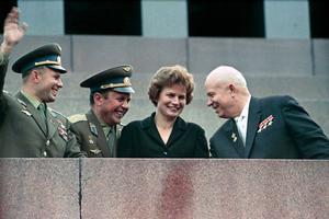 Valentina Tereshkova, en 1963, avec Nikita Khrouchtchev, à droite, et les cosmonautes Youri Gagarine et Pavel Popovich, à gauche.