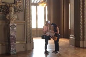 Les visiteurs déambulent dans l'opéra pour tenter de déchiffrer les énigmes du parchemin.