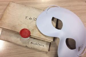 Un masque blanc et un parchemin cacheté sont remis dès l'entrée à chaque participant.