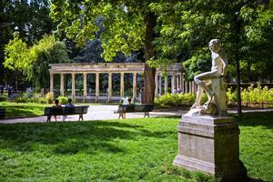 La statue <i>LeJeuneFaune</i> parFélix Charpentier dansle parc Monceau (VIIIe) .