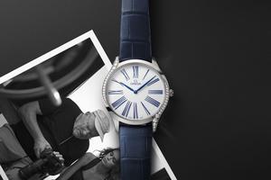 La campagne officielle de la montre Trésor a été photographiée par Peter Lindbergh, avec le top Kaia Gerber.