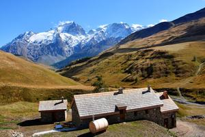 Le refuge du Pic du Mas de la Grave est situé face à la Meije (3983m).