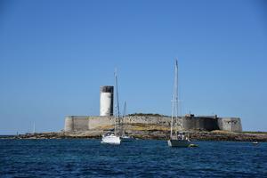 Le Fort Cigogne est accessible uniquement par une heure de trajet en bateau.