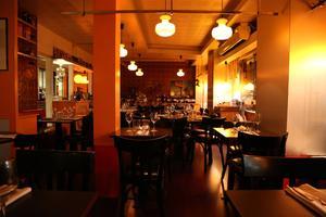 Le restaurant Unico a été aménagé dans une ancienne boucherie des années 1970, rue Paul-Bert (Paris XIe).