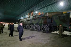 Kim Jong-un devant un missile balistique.