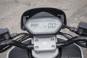 L'instrumentation digitale du Niu est complète et affiche notamment le mode de conduite enclenché.