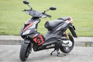 L'Aprilia est le scooter le plus stable, mais également celui qui bénéficie du meilleur freinage.