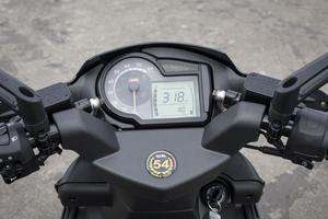 L'instrumentation du scooter italien se pare d'un indicateur de température moteur, qui aidera à préserver la mécanique.