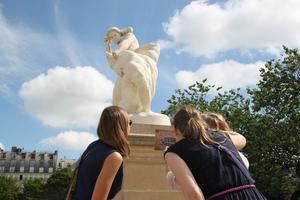 Les participants doivent observer de près les statues du grand bassin.