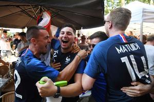 À Strasbourg le 30 juin, des supporters français célèbrent la victoire des Bleus dans la rue.