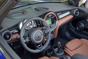 Le tableau de bord, avec sa«pendule» centrale, est unique dans la production automobile. Il est inspiré de la Mini originelle de 1958.