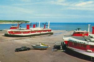 Deux Saunders-Roe Nautical 4 (SR.N4) sur l'hoverport anglais de Ramsgate. Cet appareil pouvait transporter jusqu'à 60 voitures et 418 passagers à plus de 120 km/h sur l'eau. Comme la Mini, ce maxi -aéroglisseur est une légende en Grande-Bretagne.