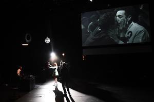 Dans une scénographie très simple d'Anton Lukas, la narration se déploie en dessous d'un écran.