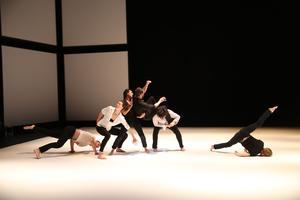Les danseurs tous excellents partagent ce rituel de la pesanteur et de l'élévation.