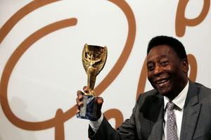 Le trophée Jules Rimet porté par Pelé.