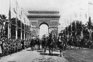 Défilé du 14 juillet 1919 à Paris sur les Champs-Élysées: les maréchaux Ferdinand Foch et Joseph Joffre, suivis des représentants des états-major des armées françaises (à gauche) et alliées ou associées (à droite).