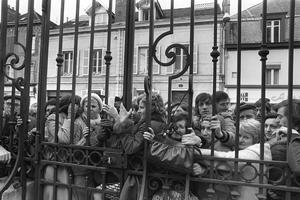 La foule rassemblée devant le palais de justice de Troyes, à l'ouverture du procès de Patrick Henry en janvier 1977.