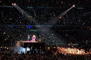 Une plateforme transporte Jay-Z et Beyoncé à travers la fosse.