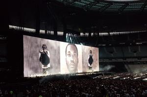 Jay-Z interprète «99 Problems» avec un gilet par balles sur le dos.