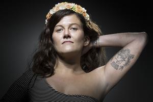 Alexandra D. qui pose avec son tatouage.