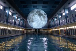 «Museum of the moon» à la piscine Pailleron (XIXe).