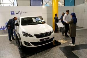 Des potentiels acheteurs inspectent la Peugeot 2008 à Téhéran.