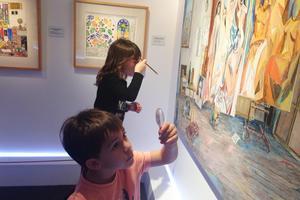 Des enfants jouant aux détectives lors d'une visite animée.