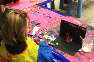 Une petite fille durant un baby atelier.