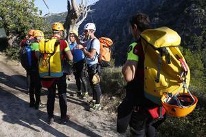 La pratique du canyoning exige d'être équipé d'un harnais et d'un casque de protection.