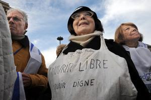 Les membres de l'ADMD manifestent pour le droit de mourir dans la dignité.