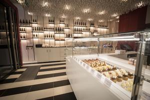 Ambiance dans l'établissement du 184, rue du Faubourg Saint-Honoré dans le VIIIème arrondissement de Paris. Un lieu spectaculaire et sous haute influence japonaise qui mêle à la fois pâtisserie, salon de thé, restaurant et bar de dégustation.