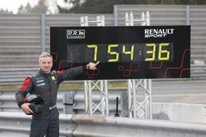 Le pilote Laurent Hurgon devant le panneau affichant le temps de son deuxième record.