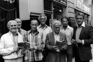 Ici, une partie des gangsters de l'attaque du Glasgow-Londres de 1963, présentant leur livre sur l'affaire le 17 juillet 1979.