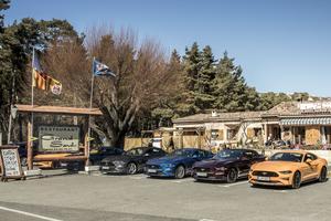 Un aréopage des derniers modèles de Mustang réunis dans une ambiance «saloon» lors de leur lancement.