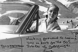 Tilly Masterson (alias Tania Mallet) au volant de sa Mustang dans Goldfinger.