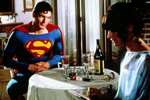 Loïs Lane (Margot Kidder) interviewe le superhéros de Krypton (Christopher Reeve) dans «Superman», de Richard Donner (1978).