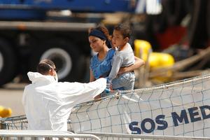 Les migrants de l'Aquarius sont débarqués dans le port de La Vallette